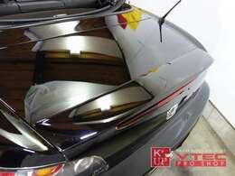 純正エアロのサイドストレーキ、トランクスポイラー(ダックテールタイプ)が装着されております。いずれも取付されたばかりの綺麗なコンディションです。