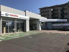 【駐車場】広い駐車場で、大きな車でも余裕をもって駐車できます。