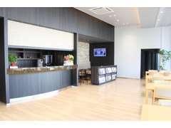 店内にはカフェスペースもございます。お好きな飲み物をご注文下さい!