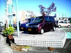 駐車場も広い!三菱の看板を目印にお越しください。