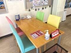 開放感あふれる明るい商談コーナー♪(新型コロナの影響で只今、テーブルとテーブルの間を空けてあります。)