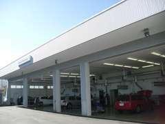 最新機器と車検ライン完備の指定工場。同時整備6台のピット完備