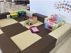 キッズスペースです。おもちゃも豊富にご用意しています。ファミリーカーご検討の際も、ご家族みんなで楽しいご来店に☆
