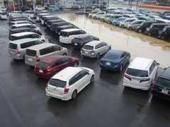 広々とした展示場では、ゆっくりとお車をご覧いただけます☆ぜひ納得の一台をお探しください!!