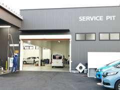 当店併設の整備工場です。指定工場ですので陸運支局に代わって車検を行うことができる工場です。自社工場にて納車前点検実施!