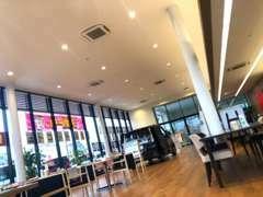 明るく開放感溢れるショールームです♪クルマ選びが初めてのお客さまも、お気軽にご来店ください!心よりお待ちしております。