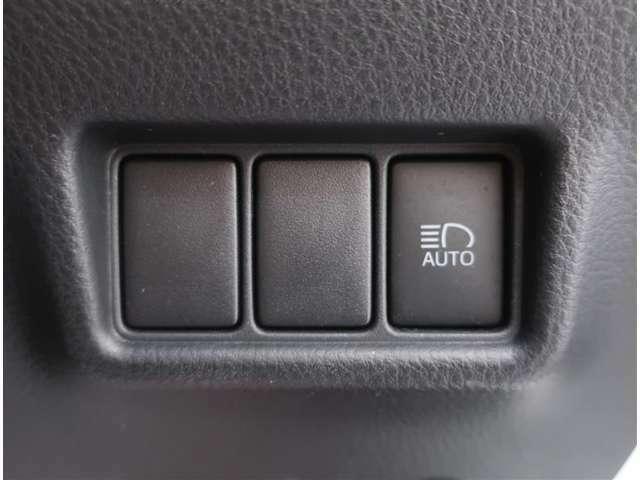 ヘッドライトのロー、ハイを自動に切り替える機能のスイッチ/