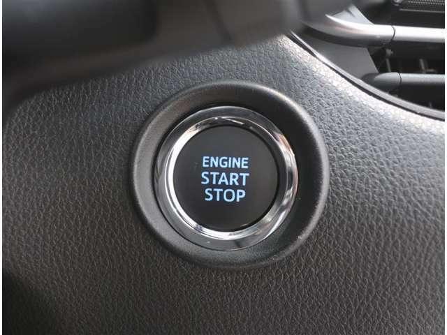 【プッシュスタート】エンジンスタートボタンです。キーが車内にあれば、エンジンの始動・停止はブレーキを踏んでスイッチを押すだけ!キーを取り出す手間を省きワンプッシュでエンジンを操作するので簡単ですね!