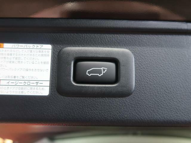 【パワーバックドア】ワンタッチでバックドアが開き、閉める場合もワンタッチで操作可能で便利性UPです☆運転席からも、スマートキーからの操作も可能です♪