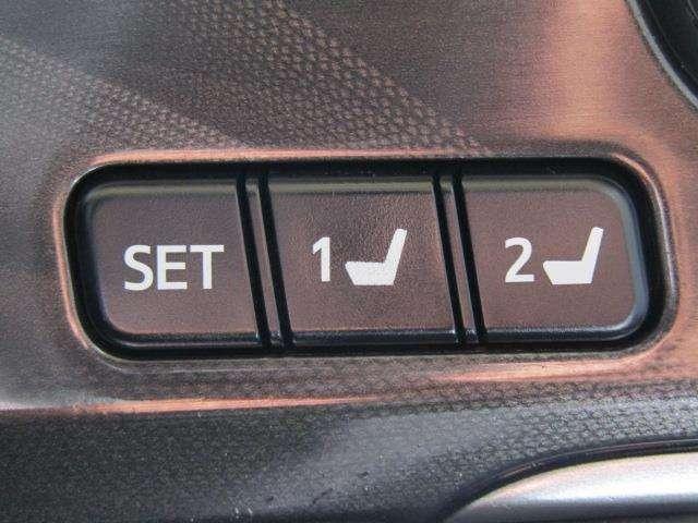 シートメモリースイッチです。シートの位置をそれぞれ記憶しておく事ができるので、ご家族や、複数の方で車を乗られるオーナー様には、便利なアイテムです。