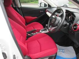特別使用車のミッドセンチュリーはシートが赤色になっており個性が出ます。外装が白なので余計に際立ちますね。