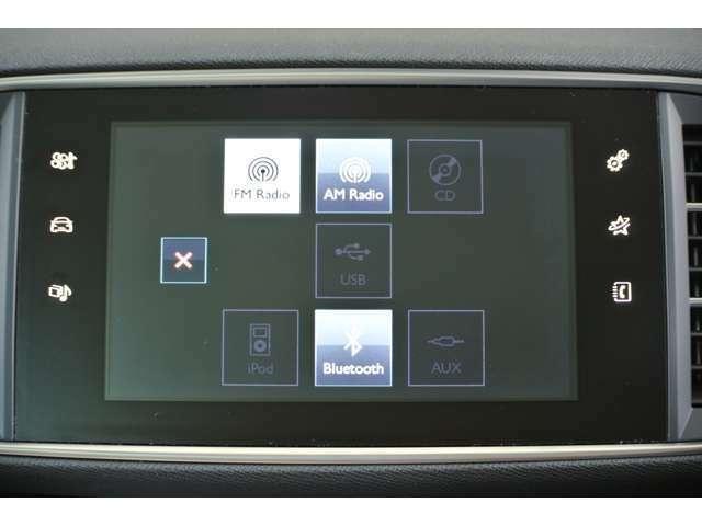 プジョー純正オーディオシステムです。CD、ラジオ、ipod、Bluetooth、USB、外部入力が使用可能です。車内の音が非常に良く快適です。