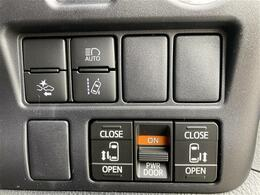 【両側電動スライドドア】駐車場で両手に荷物を抱えている時でもボタンを押せば自動で開いてくれますので、ご家族でのお買い物にもとっても便利な人気装備になります!