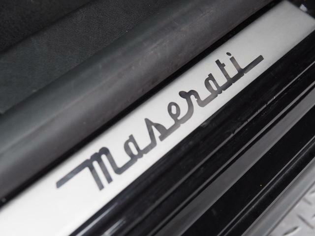 マセラティロゴが施されたスカッフプレート。