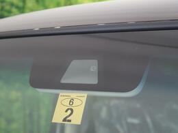 【衝突被害軽減システム】渋滞などでの低速走行中、前方の車両をレーザーレーダーが検知し、衝突を回避できないと判断した場合に、ブレーキが作動。追突などの危険を回避、または衝突の被害を軽減します。