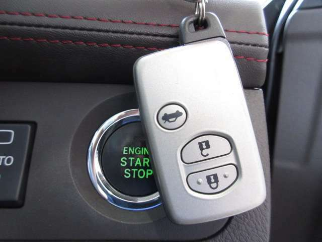 鍵を出さずに、施錠・エンジン始動が可能な、スマートKeyです。