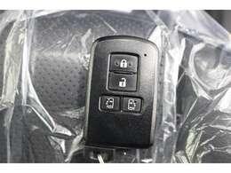 スマートキーを携帯していれば、キーを取り出すことなくドアハンドルを軽く握るだけでドアを解錠、ドアハンドルのセンサーに触れるだけでドアを施錠します。