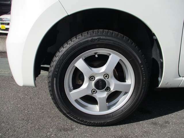 社外アルミホイール付き!タイヤがスタッドレスタイヤです。(スタッドレスとしての山はあまりありません。普段使用にはまだまだ大丈夫です。普通タイヤの装備なし)◆タイヤ・アルミ又中古等のご相談もお気軽に!