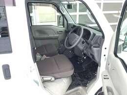 運転席眺め。フロントシート下にエンジンがあります!