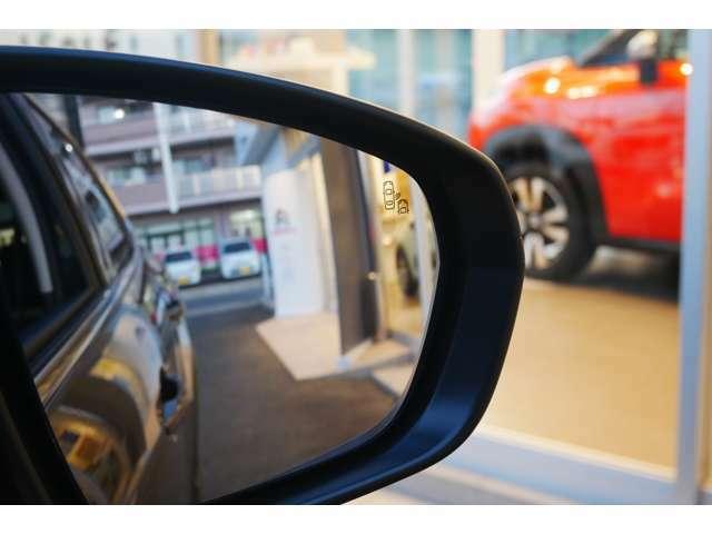 ブラインドスポットモニター※斜め後方のブラインドスポット(死角)に存在する後続車両を超音波センサーが感知。ドアミラー内にオレンジ色のの警告灯を点灯させます。