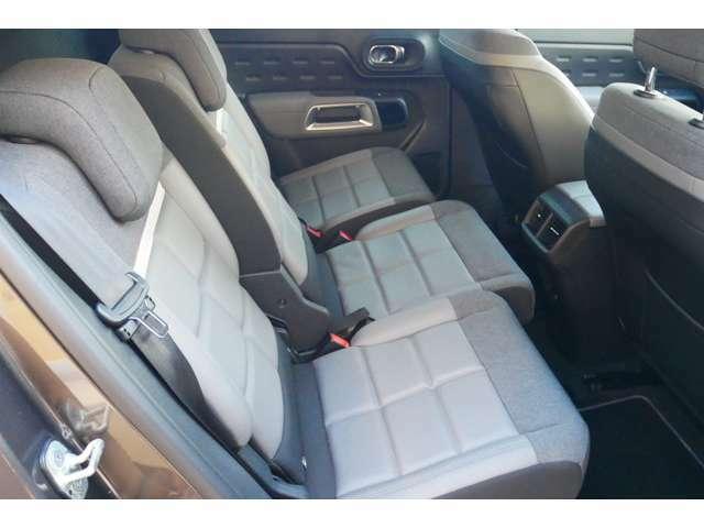後部座席(シート):気になるシミ、汚れ・ほつれは発見できませんでした。リクライニングと前後の位置調整も行えます。