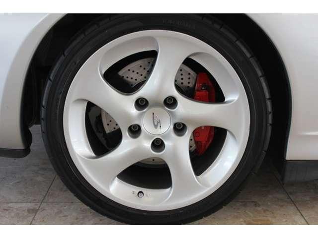 純正18インチホイール、レッドカラーブレーキキャリパー、スポーツシャーシ付です。新車時メーカーオプション155万円相当付です。詳しくは弊社ホームページをご覧ください。http://www.sunshine-m.co.jp