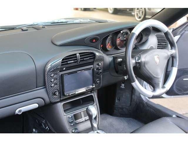 内装は新車時メーカーオプションのカーボンパッケージ、シートヒーター、アルミインレイステア、レッドカラーシートベルト、パナソニックHDDナビ、地デジTV、バックカメラ、ETC、GPSレーダー付です。