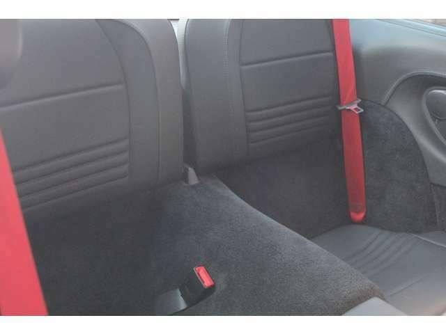 前後共ブラックレザーシートです。新車時メーカーオプションのレッドカラーシートベルト付です。禁煙車となります。お問い合わせは全国フリーダイヤル0066-9711-094846までお気軽にお問い合わせくださいませ。