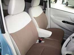 お洒落な明るいベージュとブラウンのシート、落ち着いた雰囲気の内装ですね。