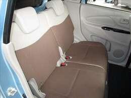 軽自動車でも結構広い後部座席で快適ですよ。車内をクリーニング&除菌処理を施工しています。