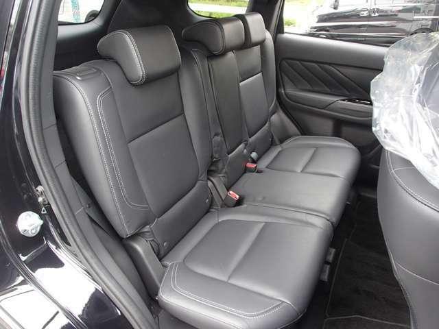 リヤシートの足元も十分な広さあります