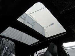 【調光パノラマルーフ】新型ハリアーの最上級グレードでのみ選べる大人気のオプションです!調光式のパノラマルーフの遮光機能で柔らかな明るい室内を保ちます!