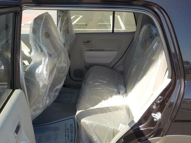 後部座席の足元も十分なゆとりがあります。