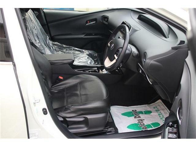 内装は黒を基調としてワンポイントで白のインパネが映えますね♪社外シートカバー付いてます