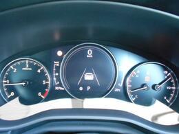 メーター中央の7インチディスプレイでは、さまざまな車両情報を表示し、フロントガラス照射タイプのアクティブ・ドライビングディスプレイと合わせて、直観的に確認しやすくなっております。