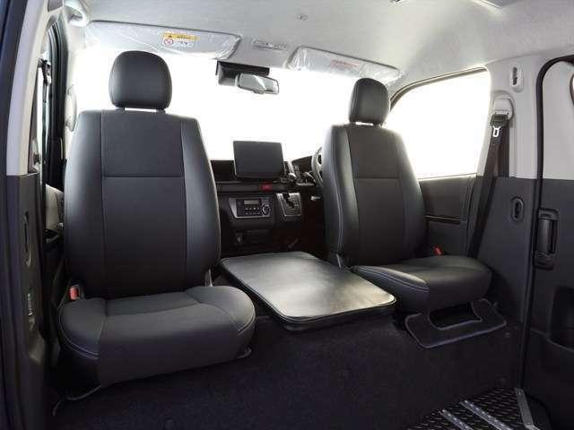 運転席、助手席の純正シートに回転キットを取り付けることで、このように対面で座ることができます!回転シートはオプションです。