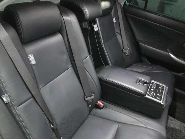 後席もリクライニングでき快適なドライブお楽しみできます。