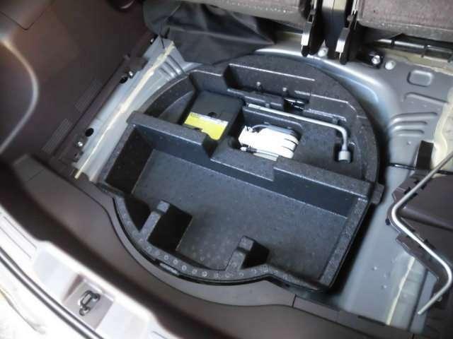 ラゲッジボードを開ければ床下収納スペースとパンク修理キットが収納されております^^