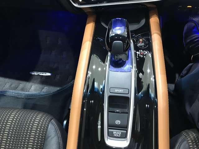 どのシフトポジションにもワンアクションで軽やかに操作できるハイブリッド車限定のセレクトレバーとなっております。
