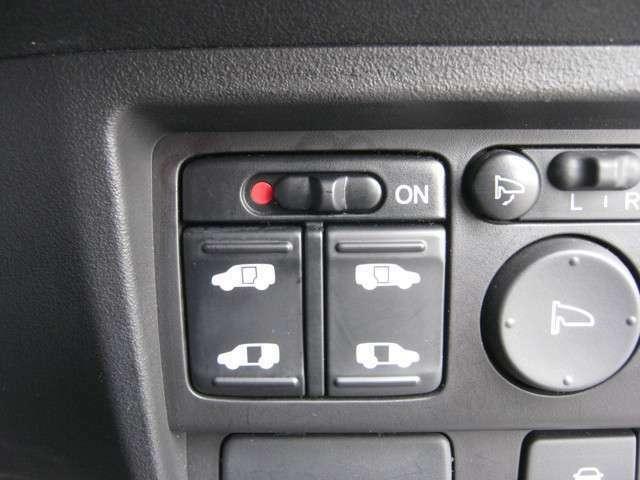 「両側パワースライドドア」 左右スライドドアは電動開閉が可能♪車内のスイッチやスマートキーで操作ができます♪
