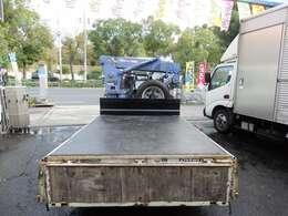 荷台の詳細と致しまして、最大積載量2,000kg、荷台内寸は、長さ:234m 幅:160cm あおり部高さ:40cmとなっております。また、荷台の地上高は72cmです。なお荷台は鉄板張りです!