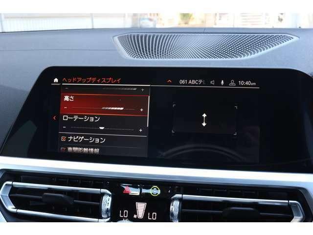ヘッドアップディスプレイはドライバーが前方に集中できるよう、ナビや車速情報を投影するシステムです。