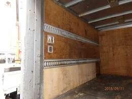 荷台後ろ開口部の詳細と致しまして、幅:169cm 高さ:172cmとなっております。ボディはFUJI車体製です!ラッシング2段・室内灯も2個装備されております!!