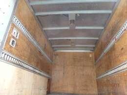 荷台の詳細と致しまして、最大積載量2,000kg、荷台内寸は、長さ:314cm 幅:169cm 高さ172cm となっております。また、荷台の地上高は77cmです。なお荷台は木板張りとなります。