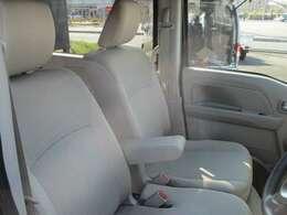 シートは座り心地が良く快適にお乗りいただけます。アームレストが装備されております。