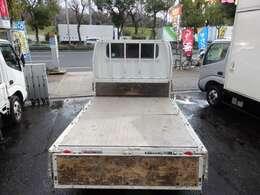 荷台の詳細と致しまして、最大積載量1,800kg、荷台内寸は、長さ:210cm 幅:160cm あおり部高さ:39cmとなっております。また、荷台の地上高は73cmです。なお荷台は鉄板張りとなります