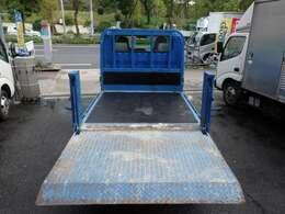 荷台の詳細と致しまして、最大積載量2,000kg、荷台内寸は、長さ:204cm 幅:160cm あおり部高さ:40cmとなっております。また、荷台の地上高は73cmです。なお荷台は木板張りとなります。