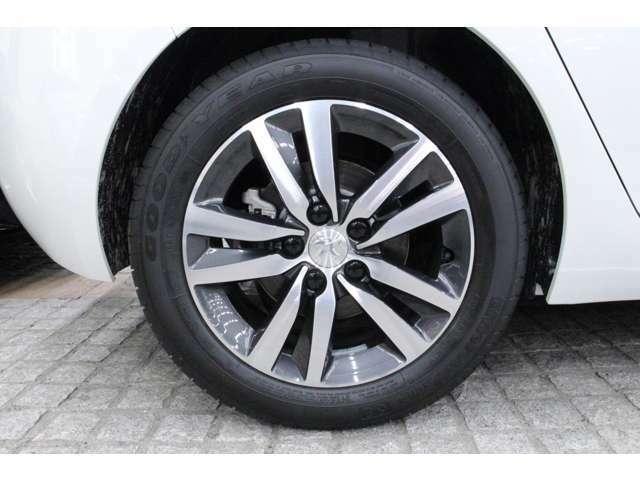 16インチのアルミホイールを標準装備しています。タイヤサイズは前後共に205/55 R16です。