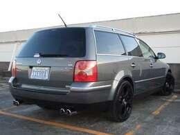 適度にローダウンされた車高、ブラック塗装されたホイールが足元を引き締めております。
