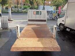 荷台の詳細と致しまして、最大積載量2,000kg、荷台内寸は、長さ:308cm 幅:160cm あおり部高さ:40cmとなっております。また、荷台の地上高は73cmです。